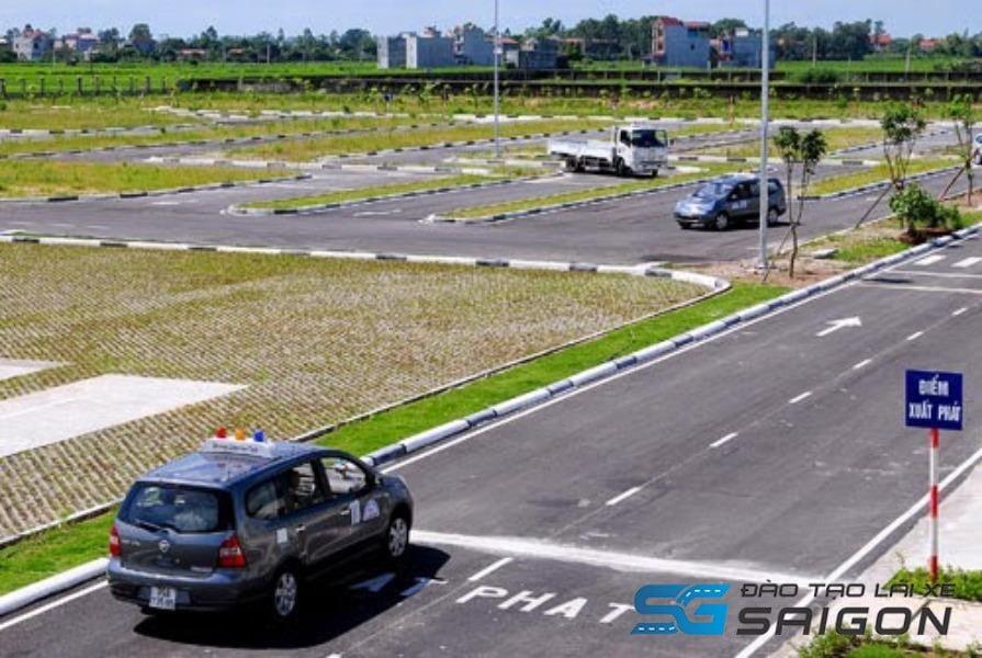 Sát hạch lái xe B2, phần thi xuất phát bạn cần kiểm tra xe, gương và cài dây an toàn