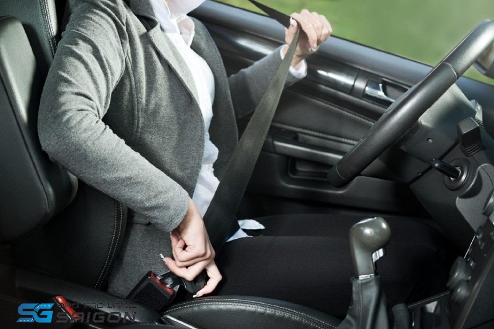 Thắt dây an toàn khi lái xe ô tô số sàn