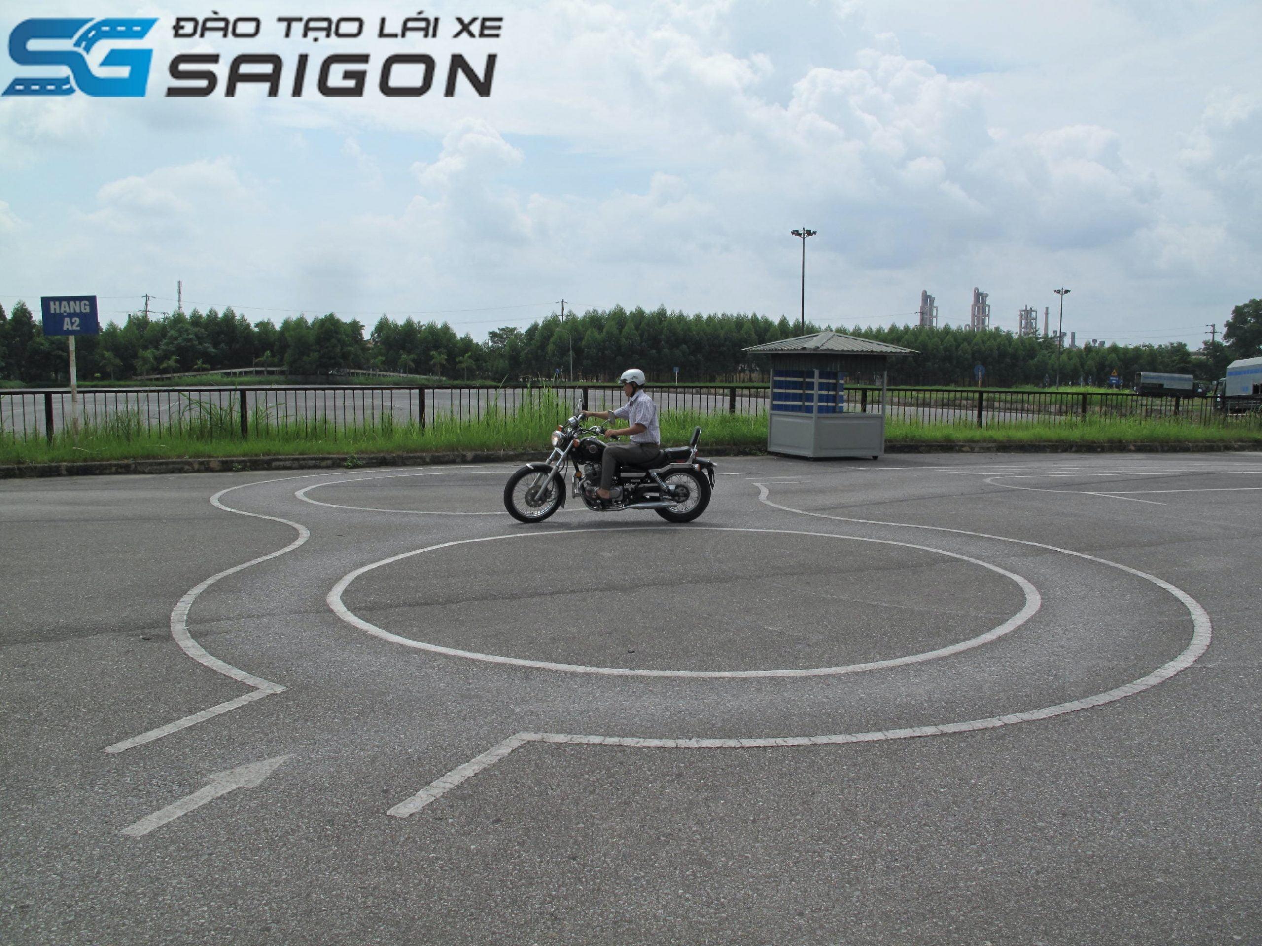 Hạng A1 cấp cho người lái mô tô hai bánh. Với dung tích xy lanh từ 50 cm3 đến 125 cm3