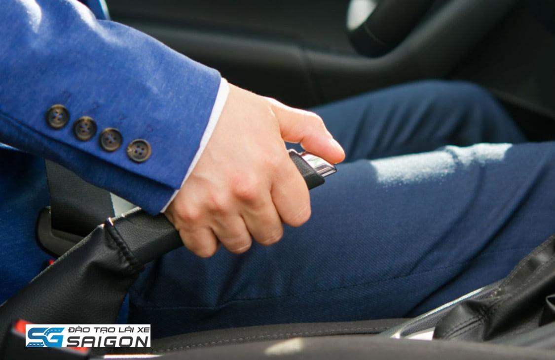 Tài xế thường quên gạt phanh tay hoặc gạt chưa hết, trường hợp đỗ trên dốc sẽ rất nguy hiểm.