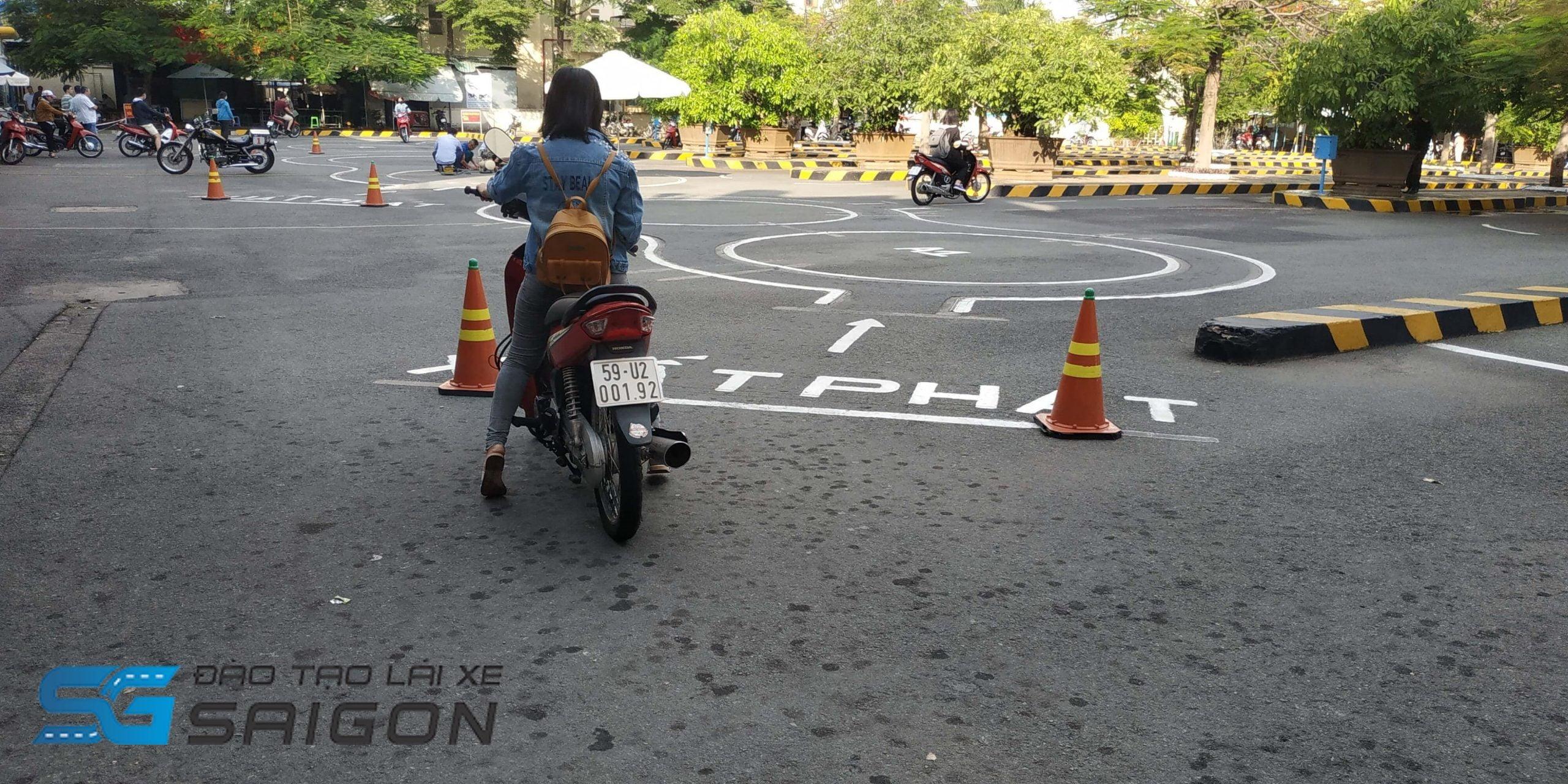 Bài thực hành kiểm tra trình độ lái xe máy và xử lý tình huống trên các cung đường, vượt chướng ngại vật trong kỳ thi bằng lái xe máy ở Hà Nội
