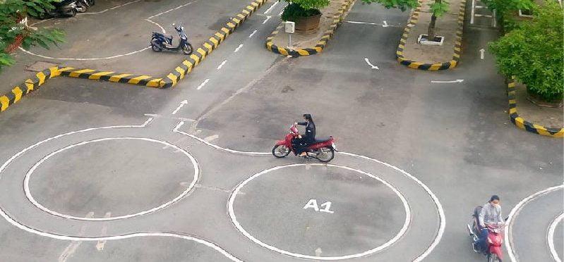 Giải đáp thi bằng lái xe máy được chạm vạch mấy lần