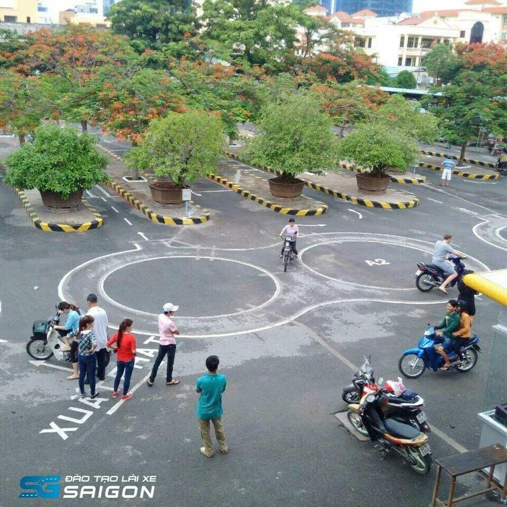 Tại Trường Lái Xe Sài Gòn, lệ phí thi bằng A1 là bao nhiêu?